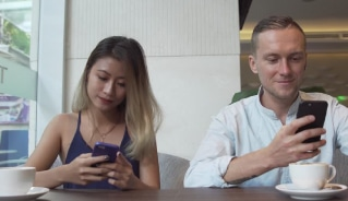 pessoas recebendo serviço de sms