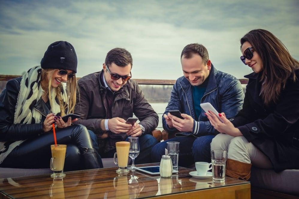 pessoas recebendo sms em massa